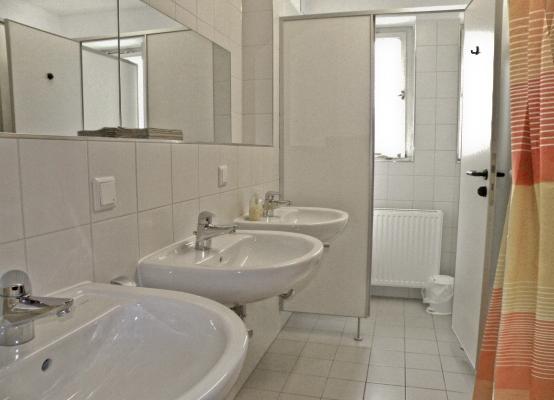 Bad eines Mehrbettzimmers