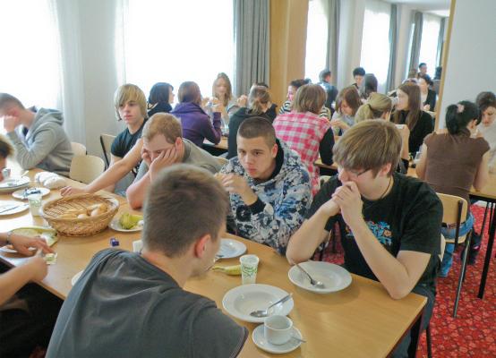 Jugendgruppe beim Frühstück1